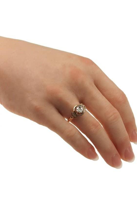 1420-antiker-Ring-an-der-Hand