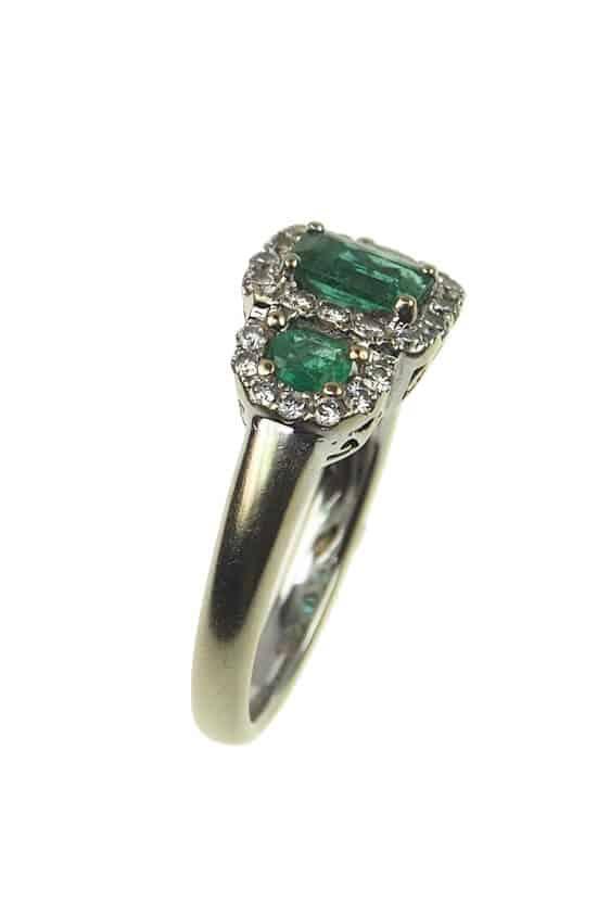 Vintage-Verlobungsring-mit-Diamanten-und-Smaragden-um-1960-Photo-©-2017-RHEINFRANK-Antique-Jewellery-Berlin-Antike-Verlobungsringe-Antikschmuck-994b