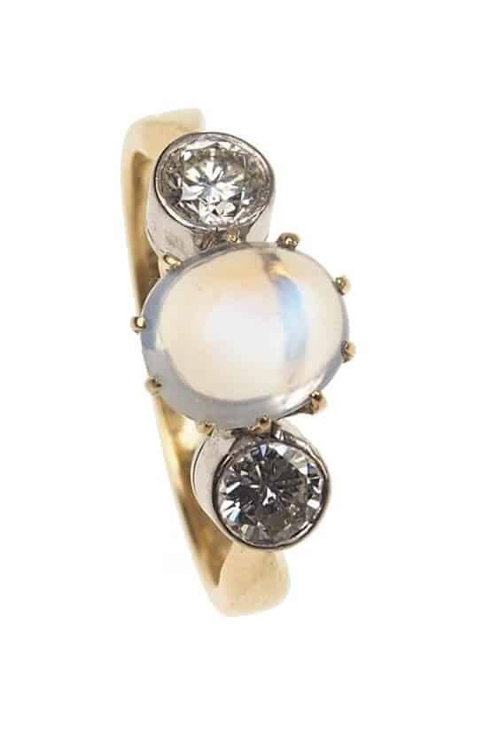 Vintage-Verlobungsring-mit-Mondstein-und-2-Diamanten-1960er-Jahre-Photo-©-2017-RHEINFRANK-Antique-Jewellery-Berlin-Antike-Verlobungsringe-Antikschmuck-664a