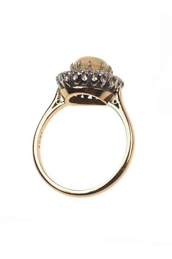 antiker-Verlobungsring-mit-Opal-und-Diamanten-Art-deco-Epoche-England-Photo-©-2017-RHEINFRANK-Antique-Jewellery-Berlin-Antike-Verlobungsringe-Antikschmuck-595d