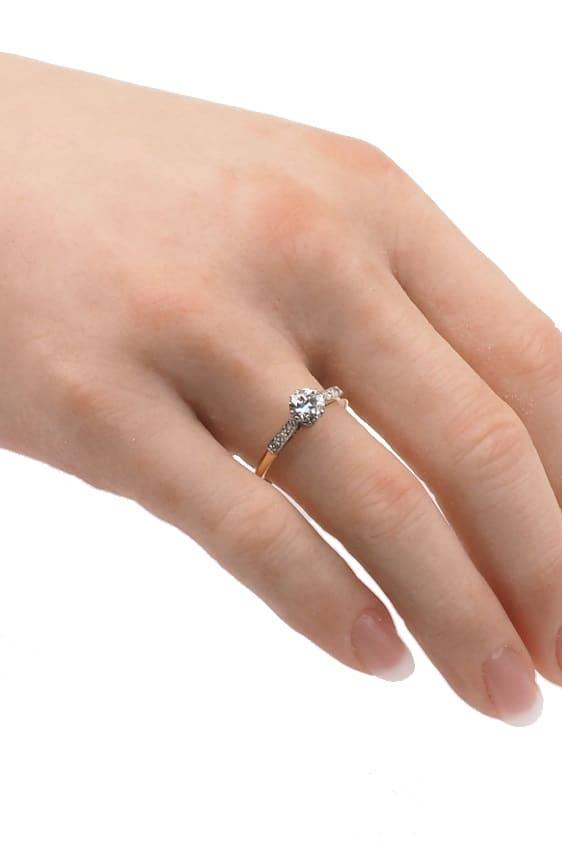 antiker-Verlobungsring-2412-Hand