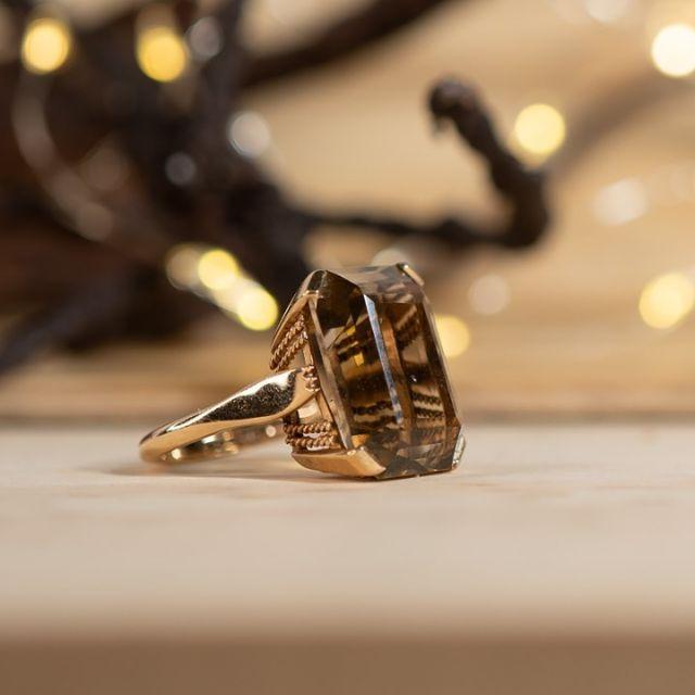 """Cocktail rings provide the """"aha"""" effect on the finger. When it comes to making a grand entrance, it can be a big ring! The impressive smoky quartz of this vintage cocktail ring is an absolute eye-catcher. The piece was crafted in London in 1964. Antique jewellery can sometimes be dated very precisely - thanks to English hallmarks and goldsmith's stamps. Dated antique jewellery awaits you for purchase at www.antique-jewellery.com⠀⠀⠀⠀⠀⠀⠀⠀⠀ ⠀⠀⠀⠀⠀⠀⠀⠀⠀ Cocktailringe sorgen für den Aha-Effekt am Finger. Beim großen Auftritt darf es auch ein großer Ring sein! Der beeindruckende Rauchquarz dieses Vintage Cocktailrings ist der absolute Hingucker. Geschmiedet wurde das Stück in London im Jahre 1964. Antiker Schmuck ist zuweilen sehr genau datierbar – englischen Punzen und Goldschmiedestempeln sei Dank. Datierter Antikschmuck erwartet Sie zum Kauf auf www.antique-jewellery.de⠀⠀⠀⠀⠀⠀⠀⠀⠀ ⠀⠀⠀⠀⠀⠀⠀⠀⠀ #ring #rings #jewellery #jewelry #fashion #love #schmuck #nachhaltigerschmuck #shopping #style #schmuckliebe #instagood #handmade #accessories #jewels #berlin #design #sustainablejewelry #diamonds #schmuck #geschenkideen #antique_Jewellery_berlin #onlineshopping #engagementring"""